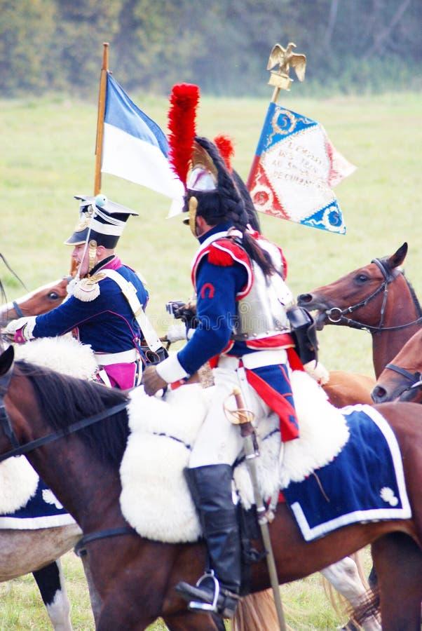Reenactors si è vestito come i soldati francesi di guerra napoleonica montano i cavalli fotografia stock libera da diritti
