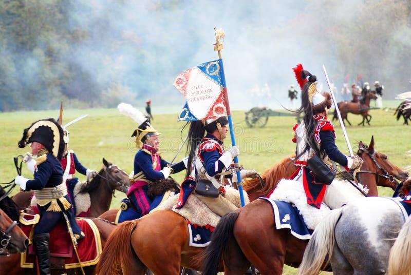 Reenactors si è vestito come i soldati francesi di guerra napoleonica montano i cavalli immagini stock
