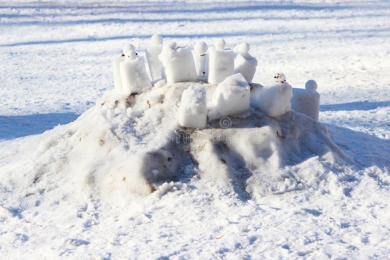 reepjes van sneeuw door kinderen in de kleuterschool worden gemaakt die stock fotografie