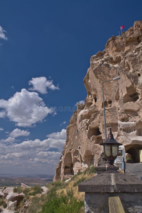 Refúgio cristão da casa do troglodita histórico rochoso bonito do arenito do deserto no céu azul imagens de stock royalty free