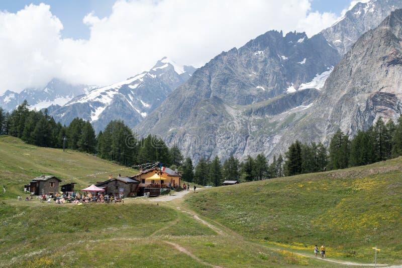 Refúgio de Maison Vieille do La e o lado sul do maciço de Mont Blanc no verão imagem de stock