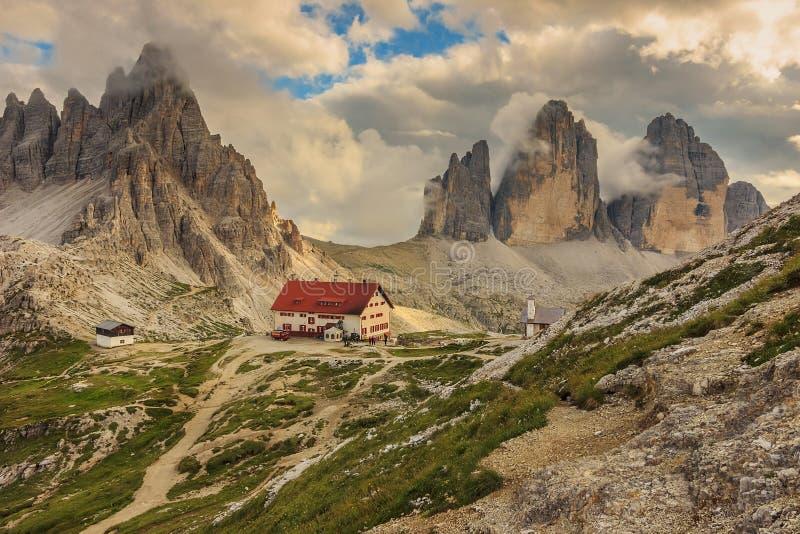 Refúgio nas dolomites, Tre Cime Di Lavaredo de Locatelli, cumes, Ital imagem de stock