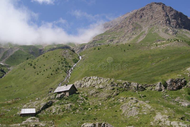 Refúgios da montanha altos em cumes franceses imagem de stock
