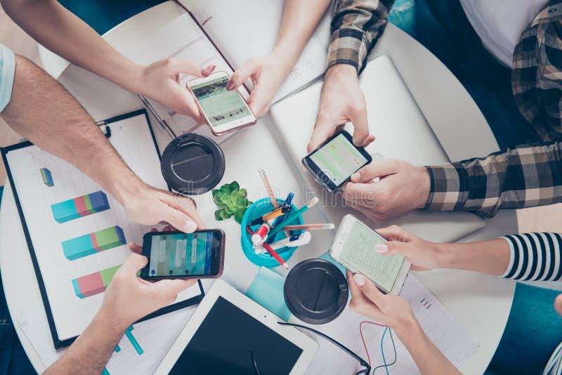 Refaites le plein de quatre amis à l'aide de leurs smartphones pour rechercher l'ide images libres de droits