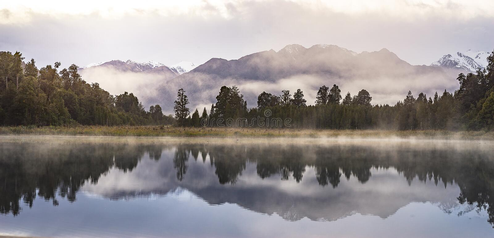 Refection de vue de lac new Zealand avec le ciel de lever de soleil de matin photographie stock libre de droits