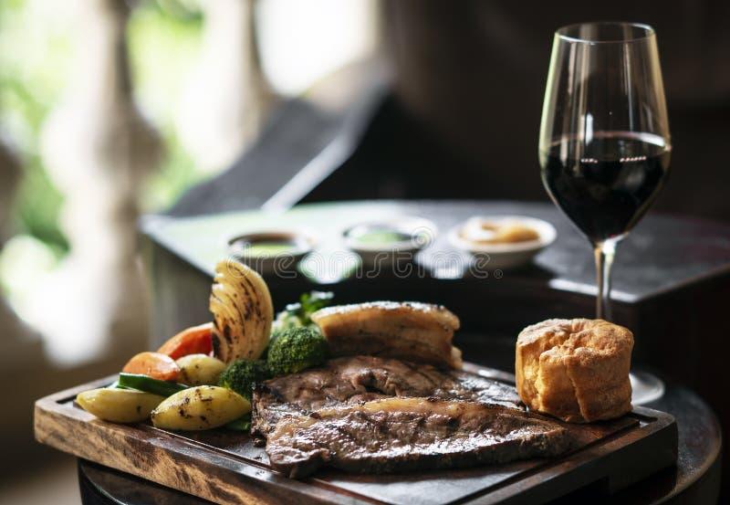 A refeição britânica tradicional da carne assada de domingo ajustou-se na tabela fotos de stock royalty free
