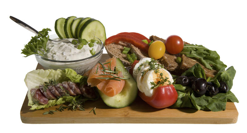 Refeição com tzatziki, pão da inteiro-grão, salmões e ovo foto de stock royalty free
