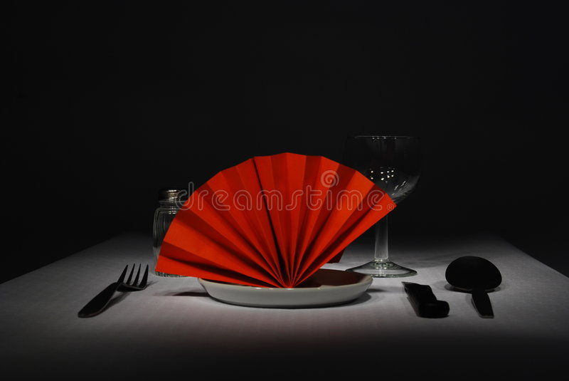 Refeição com um guardanapo vermelho em um fundo preto fotografia de stock royalty free