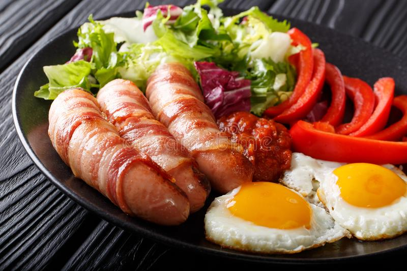 Refeição completa: Porcos nas coberturas - salsichas fritadas envolvidas no bacon, e imagens de stock