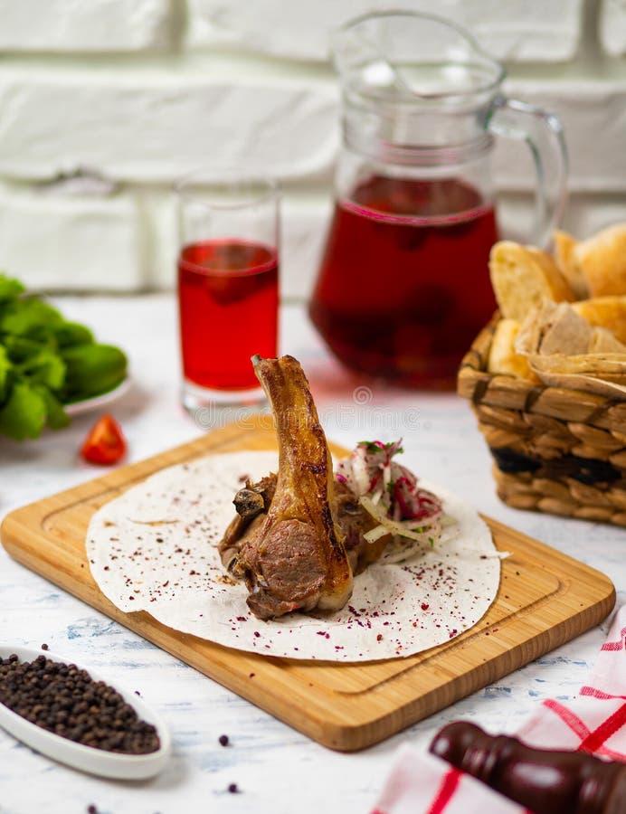 Refeição da costeleta de cordeiro da carne no lavash fotografia de stock