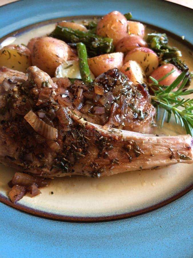 Refeição da costeleta de cordeiro na placa de jantar imagem de stock