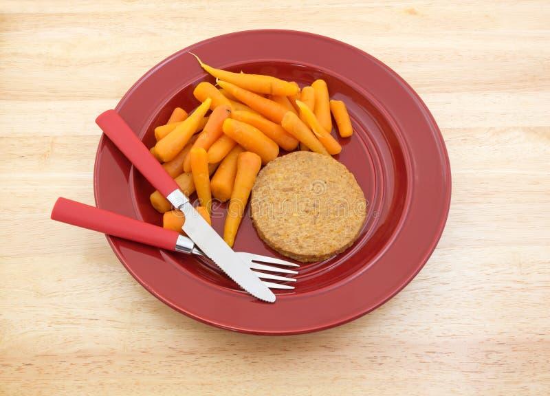Refeição da dieta na placa vermelha com pratas foto de stock