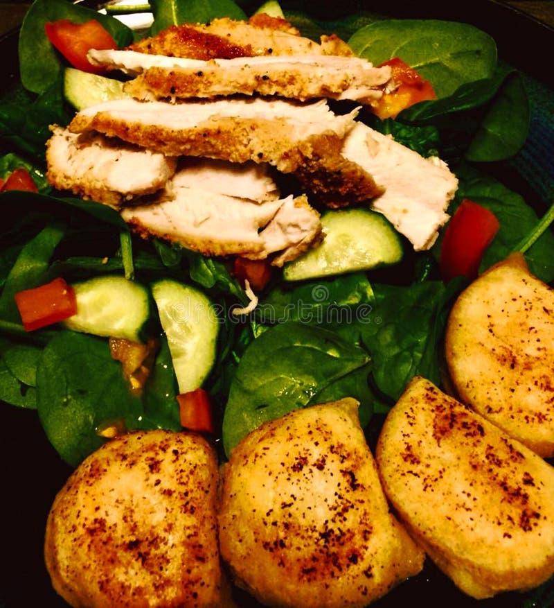 Refeição deliciosa galinha cozinhada e perogies dos legumes frescos do jantar da culinária fotos de stock