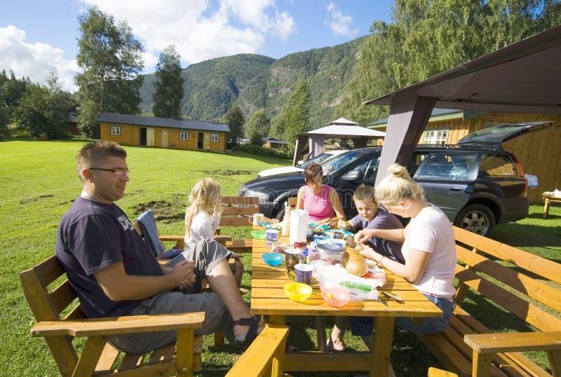 Refeição do acampamento da família fotos de stock royalty free