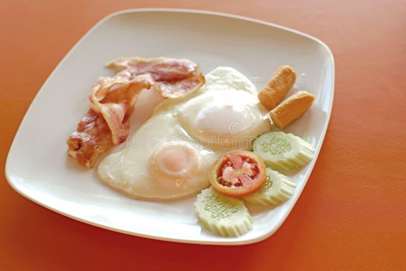 Download Refeição Do Café Da Manhã Com O Ovo Do Bacon Da Salsicha Foto de Stock - Imagem de placa, refeição: 65580222