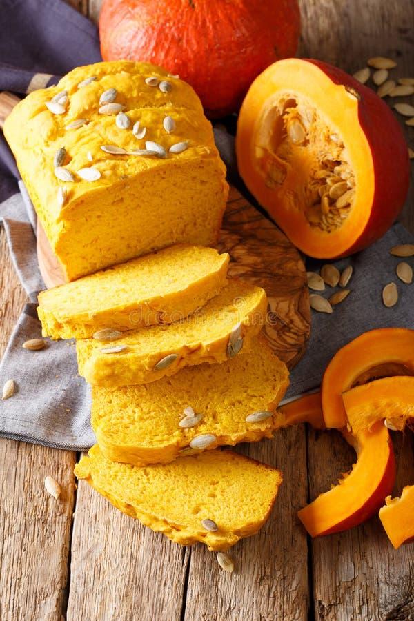 Refeição do outono: pão amarelo da abóbora com close-up das sementes vertical imagens de stock royalty free