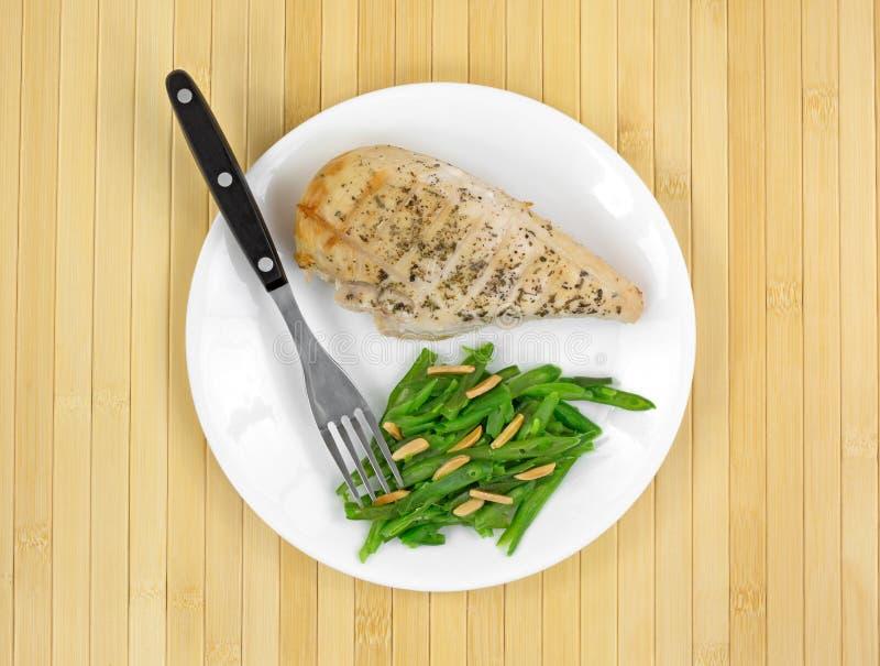 Refeição do peito de frango e de feijões verdes com amêndoas fotos de stock