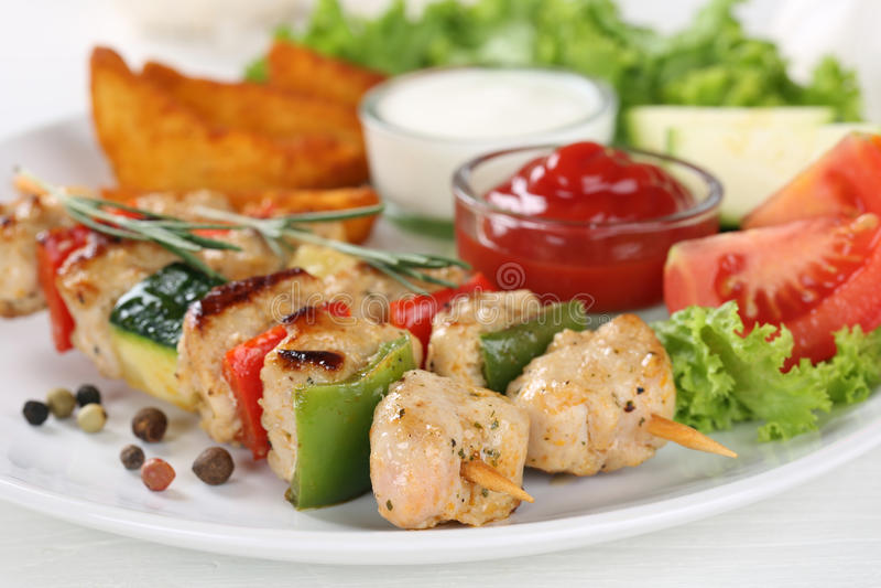 Refeição dos espetos da carne da galinha com batatas, vegetais e alface fotos de stock