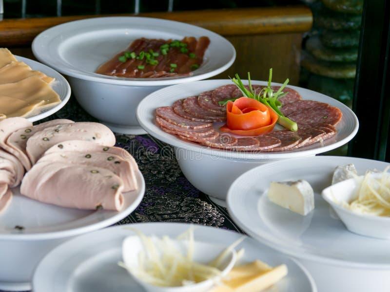 Refeição em um hotel, aperitivo do bufete Placa toda do café da manhã do hotel você pode comer o bufete foto de stock