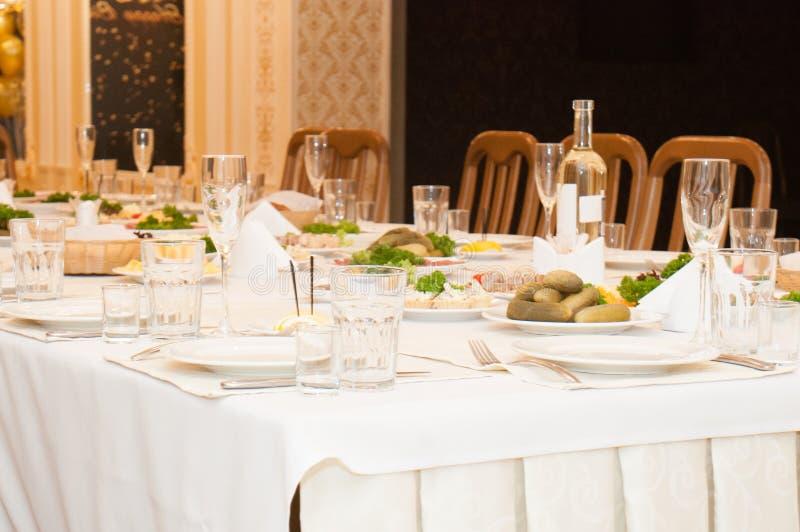 Refeição festiva de easter Uma tabela com petiscos e alimento fotografia de stock