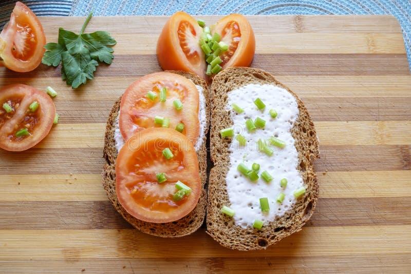 A refeição fresca e clara do iogurte do tomate arranjou largo superior da paisagem imagens de stock royalty free