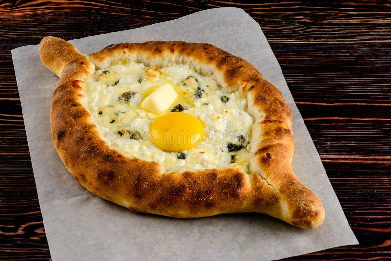 Refeição Georgian tradicional da culinária do adjara de Khachapuri Pão cozido com enchimento do queijo e do ovo fotografia de stock royalty free