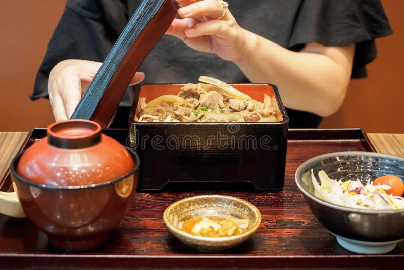 Refeição grelhada da carne da mulher alimento japonês pronto para comer fotos de stock