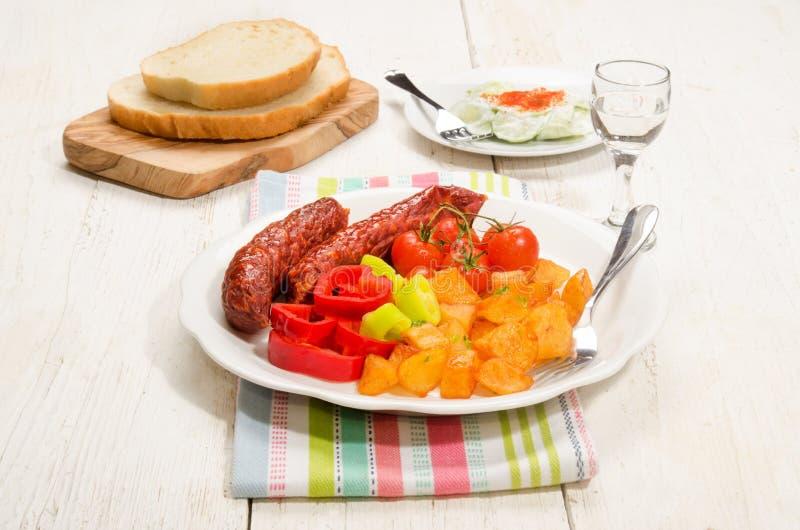 Refeição húngara com batata, kolbasz, o tomate e paprika fritados fotografia de stock royalty free