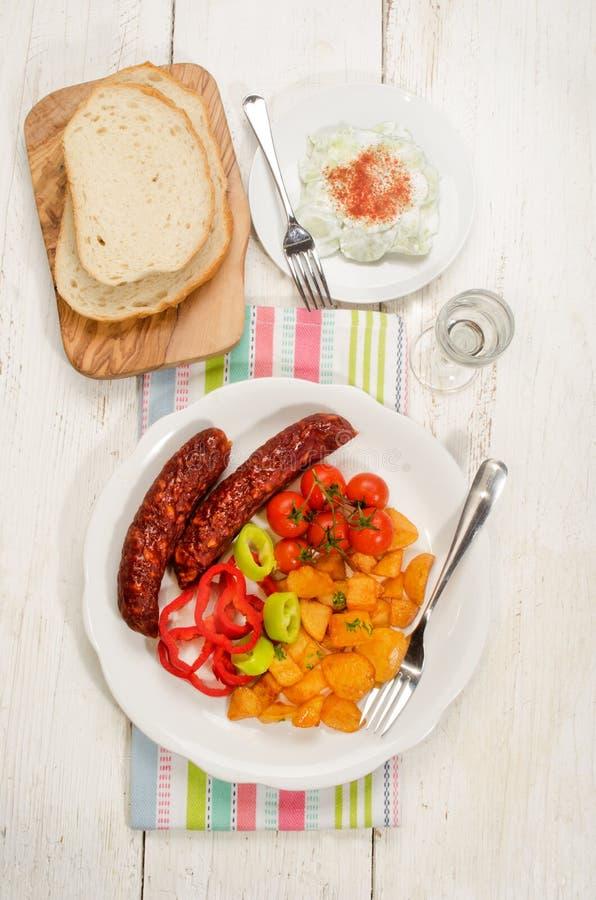 Refeição húngara com batata, kolbasz, o tomate e paprika fritados foto de stock