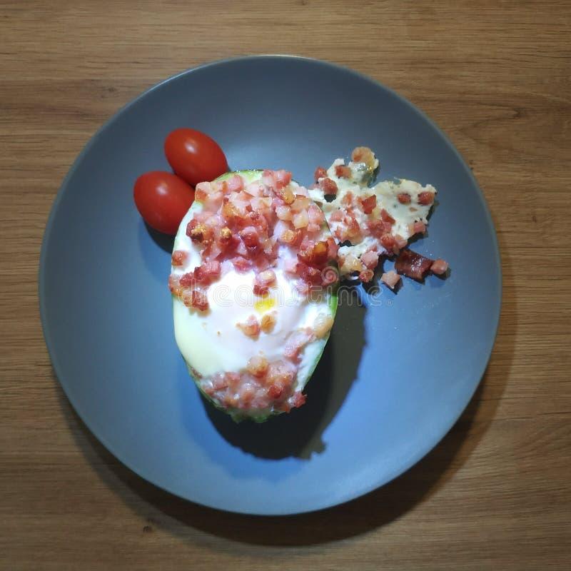 Refeição Ketogenic, abacate com bacon, ovo, tomates Alimento do Keto imagens de stock