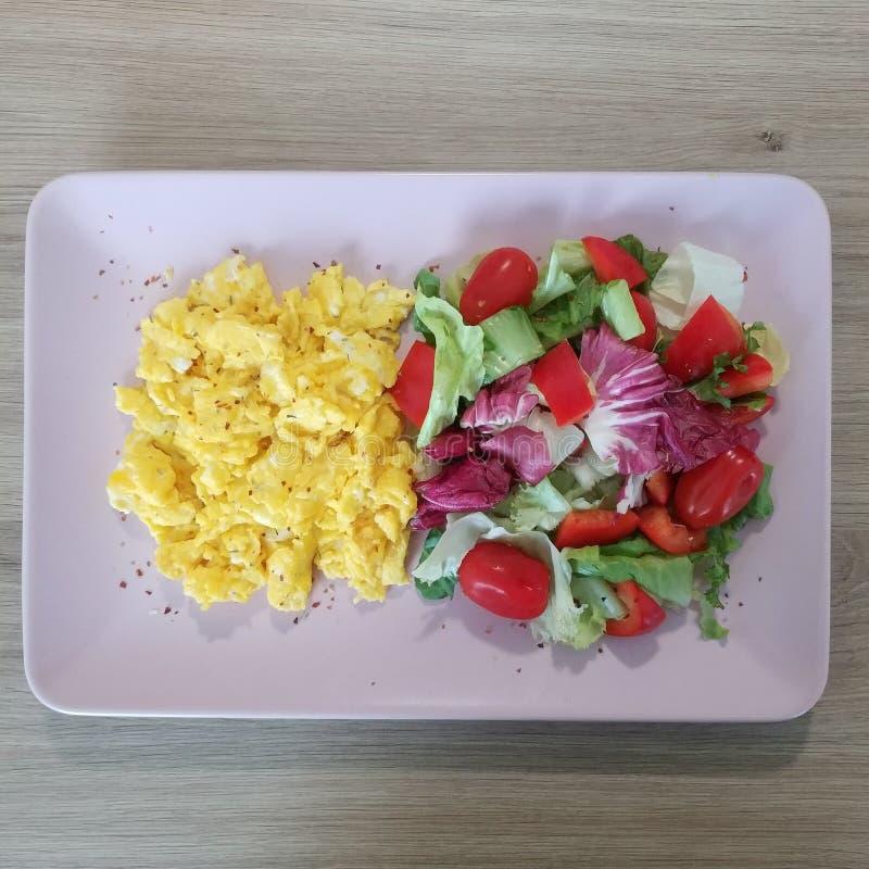 Refeição Ketogenic, ovos mexidos com tomates e mistura da alface Alimento do Keto fotografia de stock royalty free