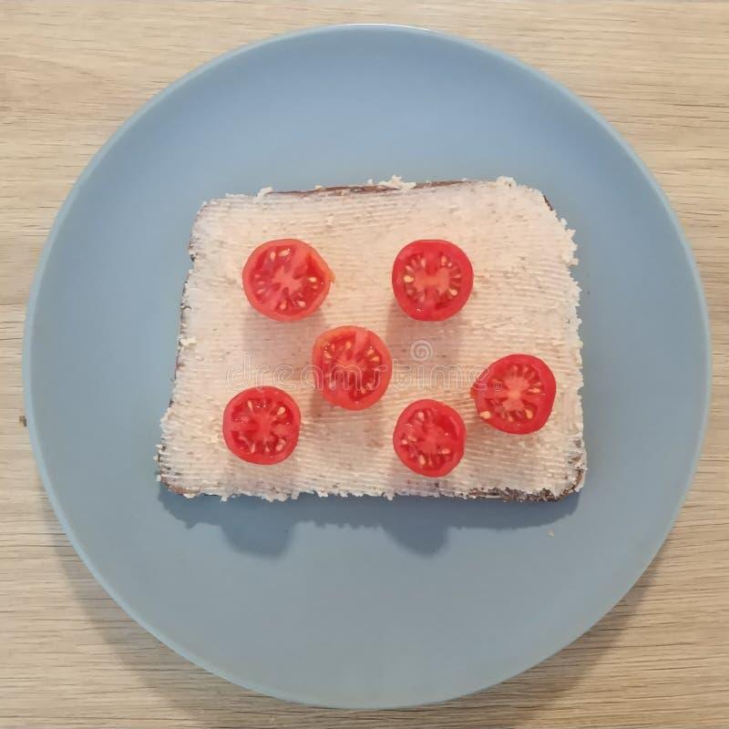 Refeição Ketogenic, pão da proteína com salsicha de fígado e tomates Alimento do Keto para a perda de peso Jantar da dieta saudáv fotografia de stock