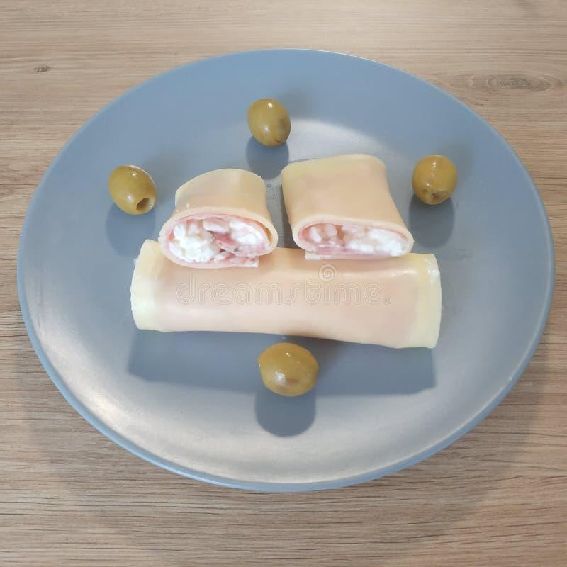 Refeição Ketogenic, queijo, presunto, rolos do requeijão com azeitonas Alimento do Keto para a perda de peso Café da manhã ou jan fotos de stock