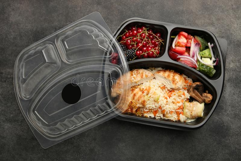 Refeição na cesta de comida imagens de stock