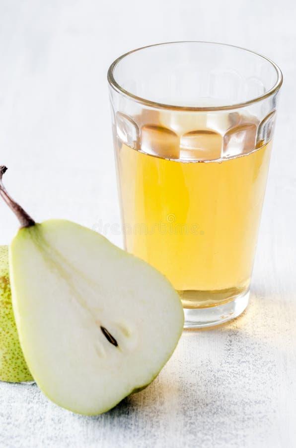 Refeição saudável da desintoxicação do suco de maçã, da pera e das ameixas secas foto de stock