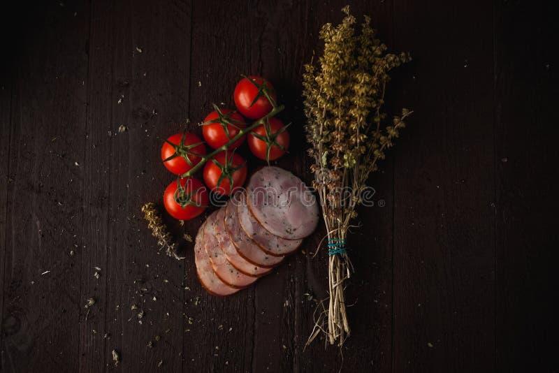 A refeição simples tradicional setup com carne e vegetais foto de stock