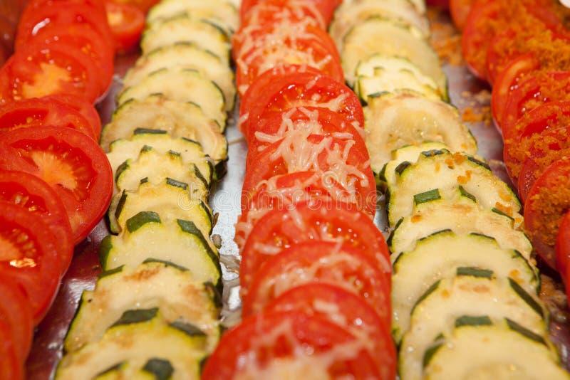 Refeição, tomates e courgettes do vegetariano fotografia de stock