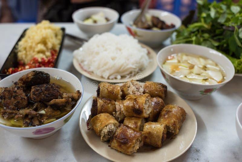 Refeição vietnamiana tradicional de Cha do bolo com sopa, carne e o sp fritado fotos de stock royalty free