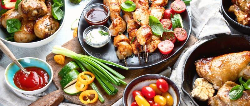 Refeições de carne grelhadas da galinha na tabela Panorama, bandeira foto de stock royalty free