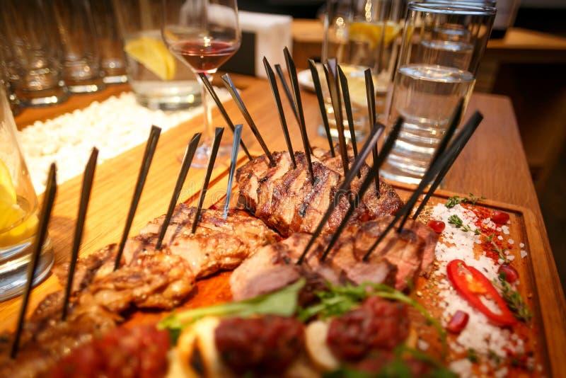 refeições do bife na tabela em um restaurante fotos de stock royalty free