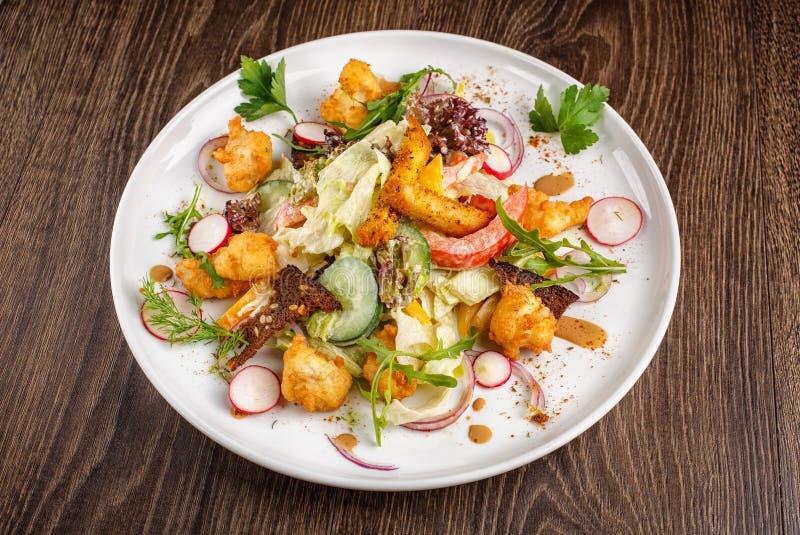 Refeições do restaurante - a salada com legumes frescos grelhou a vitela e cozeu batatas foto de stock royalty free