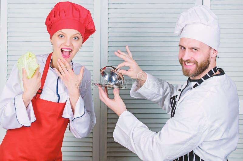 Refei??o deliciosa Conceito culin?rio da surpresa Equipe culin?ria da mostra da mulher e do homem farpado r imagem de stock