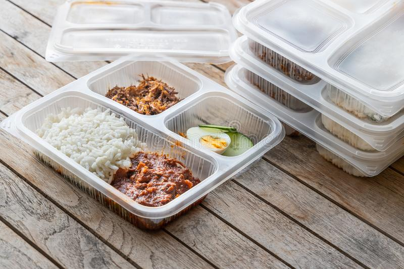 A refei??o deliciosa convenientemente embalada do lemak do nasi para leva embora a entrega foto de stock royalty free