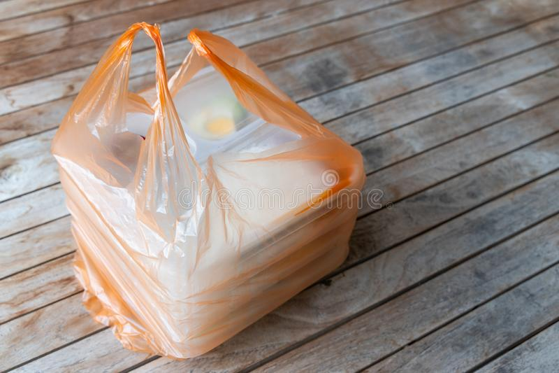 A refei??o deliciosa convenientemente embalada do lemak do nasi para leva embora a entrega fotografia de stock