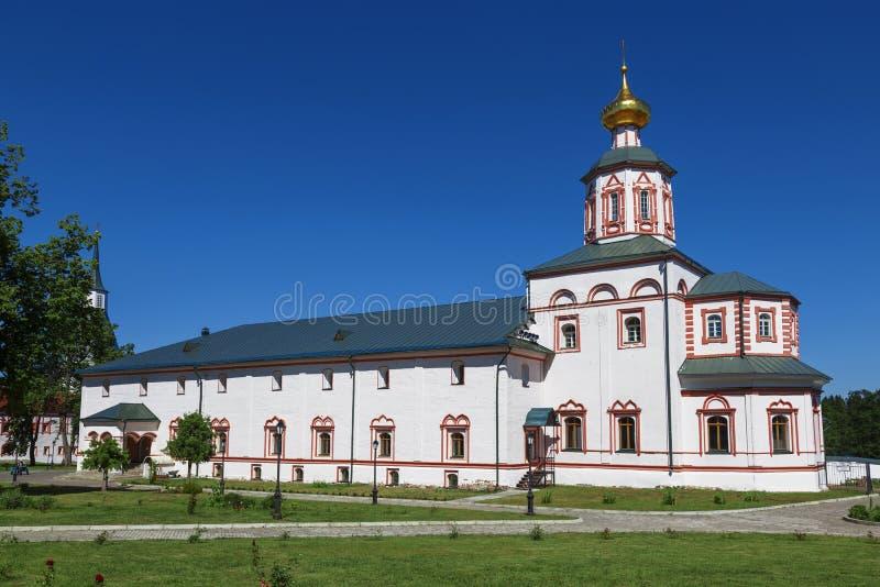 Refeitório com a igreja do esmagamento no monastério de Valday Iversky Svyatoozerskaya, região de Novgorod imagem de stock
