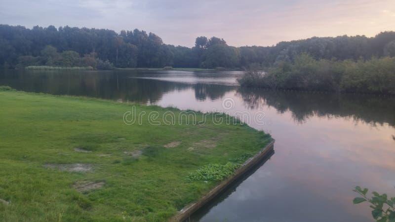 Refelction collored niebo w jeziorze fotografia stock
