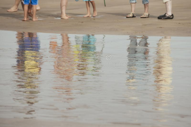 Refelctions di una famiglia alla spiaggia immagini stock libere da diritti