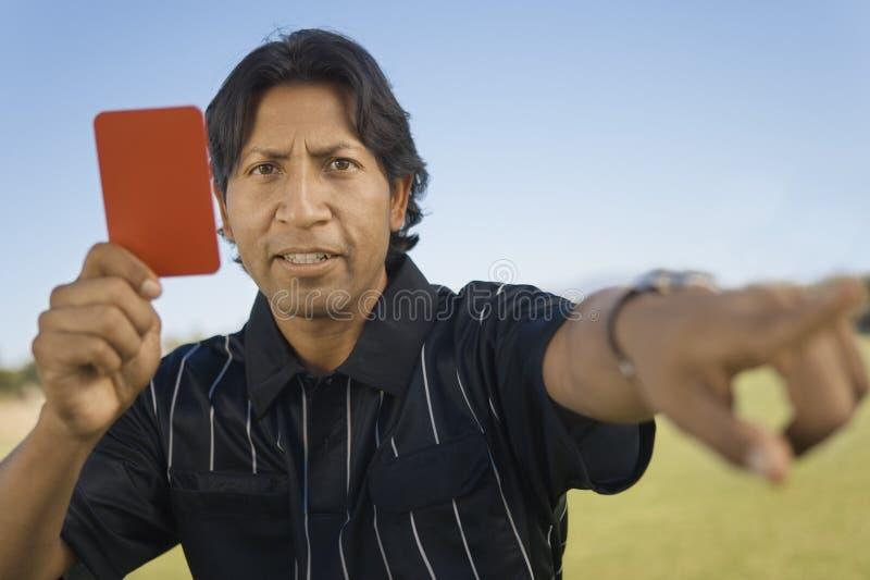 Referee держащ красную карточку стоковые изображения rf
