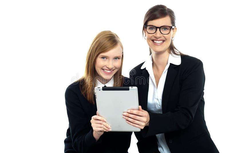 Referent mit dem Kursteilnehmer, der beweglichen Tablette-PC anhält lizenzfreies stockfoto