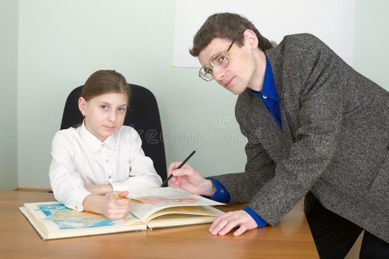Referent und Schulmädchen mit Atlas lizenzfreies stockfoto